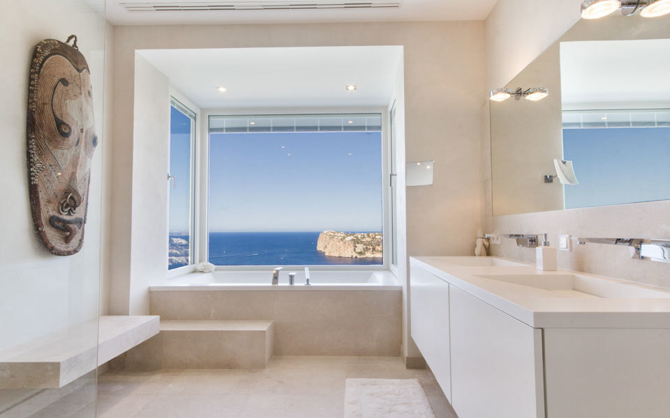 Bathroom with views to the sea